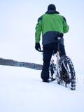 Άτομο με την παραμονή ποδηλάτων βουνών στο χιόνι σκονών Στοκ φωτογραφία με δικαίωμα ελεύθερης χρήσης