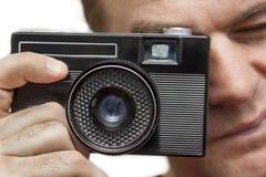 Άτομο με την παλαιά κάμερα Στοκ φωτογραφίες με δικαίωμα ελεύθερης χρήσης