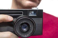 Άτομο με την παλαιά κάμερα στοκ εικόνες