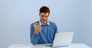 Άτομο με την πιστωτική κάρτα που κάνει τη συναλλαγή στο lap-top 4k απόθεμα βίντεο