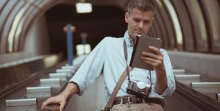 Άτομο με την ταμπλέτα στην κυλιόμενη σκάλα Στοκ Εικόνα