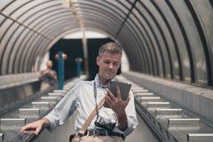 Άτομο με την ταμπλέτα στην κυλιόμενη σκάλα Στοκ Φωτογραφία