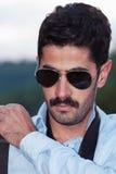 Άτομο με την τοποθέτηση mustache υπαίθρια στο χρόνο ηλιοβασιλέματος Στοκ Εικόνες