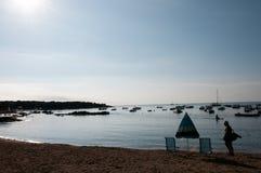 Άτομο με την τσάντα σε μια παραλία στα ξημερώματα Στοκ Εικόνες