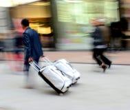 Άτομο με τη βαλίτσα σε μια βιασύνη στοκ φωτογραφία με δικαίωμα ελεύθερης χρήσης