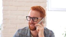 Άτομο με τη γενειάδα και τις κόκκινες τρίχες που μιλούν στο τηλέφωνο, συζήτηση, πορτρέτο Στοκ εικόνα με δικαίωμα ελεύθερης χρήσης