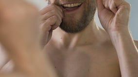 Άτομο με τη γενειάδα που τα δόντια του κατάλληλα, στοματική υγειονομική περίθαλψη, βίντεο κινηματογραφήσεων σε πρώτο πλάνο απόθεμα βίντεο