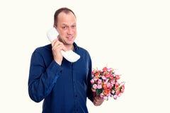 Άτομο με τη δέσμη των λουλουδιών που καλούν μπροστά από το άσπρο υπόβαθρο Στοκ φωτογραφία με δικαίωμα ελεύθερης χρήσης