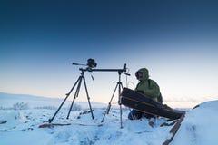Άτομο με τη κάμερα φωτογραφιών στο τρίποδο που παίρνει timelapse τις φωτογραφίες αρκτικό tundra Στοκ εικόνα με δικαίωμα ελεύθερης χρήσης