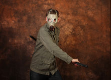 Άτομο με τη μάσκα αερίου και ξίφος katana στο καφετί υπόβαθρο μπατίκ Στοκ Φωτογραφίες