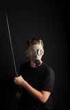 Άτομο με τη μάσκα αερίου και ξίφος katana στο μαύρο υπόβαθρο Στοκ Εικόνες