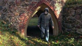 Άτομο με τη μάσκα αποκριών και μεγάλο μαχαίρι που περπατά πλησίον στη κάμερα φιλμ μικρού μήκους