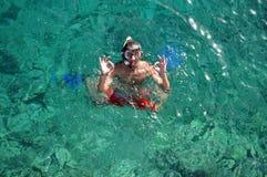 Άτομο με τη μάσκα που κολυμπά με αναπνευτήρα και που κάνει το εντάξει σημάδι Στοκ φωτογραφία με δικαίωμα ελεύθερης χρήσης
