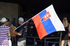 Άτομο με τη μεγάλη σλοβάκικη σημαία Στοκ Φωτογραφίες