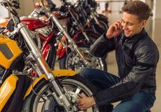 Άτομο με τη μοτοσικλέτα Στοκ Εικόνες