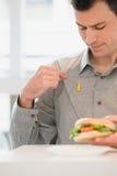 Άτομο με τη μουστάρδα στο πουκάμισό του στοκ φωτογραφία