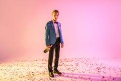 Άτομο με τη σαμπάνια που στέκεται στο κομφετί Στοκ φωτογραφίες με δικαίωμα ελεύθερης χρήσης