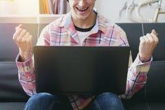 Άτομο με τη συνεδρίαση lap-top Στοκ εικόνα με δικαίωμα ελεύθερης χρήσης