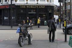 Άτομο με τη φανέλλα δέρματος στη μοτοσικλέτα που περιμένει από το φωτεινό σηματοδότη Στοκ Φωτογραφία
