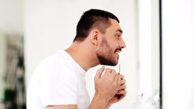 Άτομο με τη χτένα που κοιτάζει στον καθρέφτη και το τραγούδι απόθεμα βίντεο