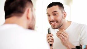 Άτομο με τη χτένα που κοιτάζει στον καθρέφτη και το τραγούδι φιλμ μικρού μήκους