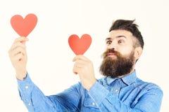 Άτομο με τις κόκκινες καρδιές λαβής προσώπου γενειάδων και φιλήματος στοκ φωτογραφίες με δικαίωμα ελεύθερης χρήσης