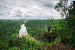 Άτομο με τις στάσεις σακιδίων πλάτης πάνω από το βουνό Στοκ φωτογραφίες με δικαίωμα ελεύθερης χρήσης