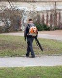 Άτομο με τον ανεμιστήρα φύλλων Στοκ εικόνες με δικαίωμα ελεύθερης χρήσης
