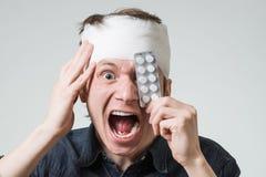 Άτομο με τον επίδεσμο στο κεφάλι του Στοκ φωτογραφίες με δικαίωμα ελεύθερης χρήσης