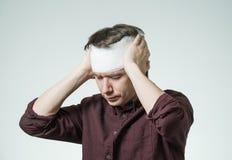 Άτομο με τον επίδεσμο στο κεφάλι του Στοκ Εικόνες