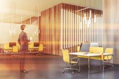 Άτομο με τον καφέ στο ξύλινο γραφείο ανοιχτού χώρου στοκ εικόνα
