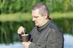 Άτομο με τον καφέ στοκ φωτογραφίες με δικαίωμα ελεύθερης χρήσης