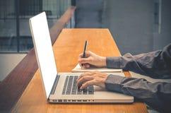 Άτομο με τον υπολογιστή, σημειωματάριο, κάσκα, βιβλίο εγγράφου επιχειρησιακό άτομο με το διάστημα αντιγράφων για την εισαγωγή το  Στοκ εικόνα με δικαίωμα ελεύθερης χρήσης