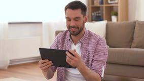 Άτομο με τον υπολογιστή ταμπλετών που στο σπίτι απόθεμα βίντεο