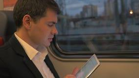 Άτομο με τον υπολογιστή ταμπλετών στο επαγγελματικό ταξίδι απόθεμα βίντεο