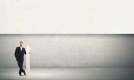 Άτομο με το έμβλημα Στοκ εικόνα με δικαίωμα ελεύθερης χρήσης
