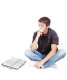 Άτομο με το απομονωμένο στόμα και το αλυσοδεμένο lap-top Στοκ φωτογραφίες με δικαίωμα ελεύθερης χρήσης