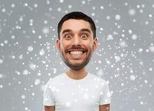 Άτομο με το αστείο πρόσωπο πέρα από το υπόβαθρο χιονιού Στοκ φωτογραφίες με δικαίωμα ελεύθερης χρήσης