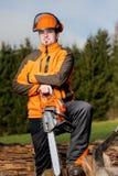 Άτομο με το αλυσιδοπρίονο Στοκ εικόνες με δικαίωμα ελεύθερης χρήσης