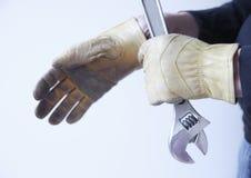 Άτομο με το γαλλικό κλειδί και τα γάντια Στοκ Εικόνα