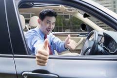 Άτομο με το ΕΝΤΑΞΕΙ σημάδι μέσα στο αυτοκίνητο Στοκ εικόνα με δικαίωμα ελεύθερης χρήσης