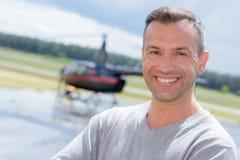 Άτομο με το ελικόπτερο στο υπόβαθρο Στοκ φωτογραφία με δικαίωμα ελεύθερης χρήσης