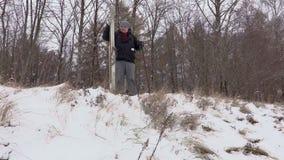 Άτομο με το ζευγάρι του σκι κοντά στην κλίση φιλμ μικρού μήκους