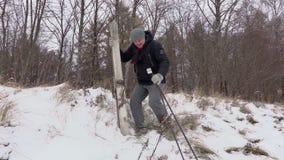 Άτομο με το ζευγάρι του σκι που αφορά την κλίση απόθεμα βίντεο