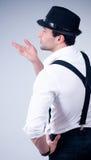 Άτομο με το καπέλο στην γκρίζα ανασκόπηση στοκ εικόνες