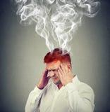 Άτομο με το κεφάλι που καπνίζει από τα προβλήματα Στοκ φωτογραφία με δικαίωμα ελεύθερης χρήσης