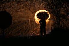 Άτομο με το κεφάλι πυρκαγιάς δαχτυλιδιών στοκ εικόνες