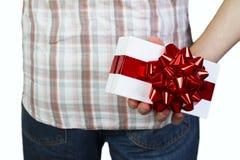 Άτομο με το κιβώτιο δώρων πίσω από την πλάτη Στοκ φωτογραφία με δικαίωμα ελεύθερης χρήσης