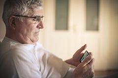 Άτομο με το κινητό τηλέφωνο στοκ φωτογραφίες