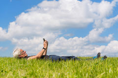 Άτομο με το κινητό τηλέφωνο Στοκ εικόνες με δικαίωμα ελεύθερης χρήσης